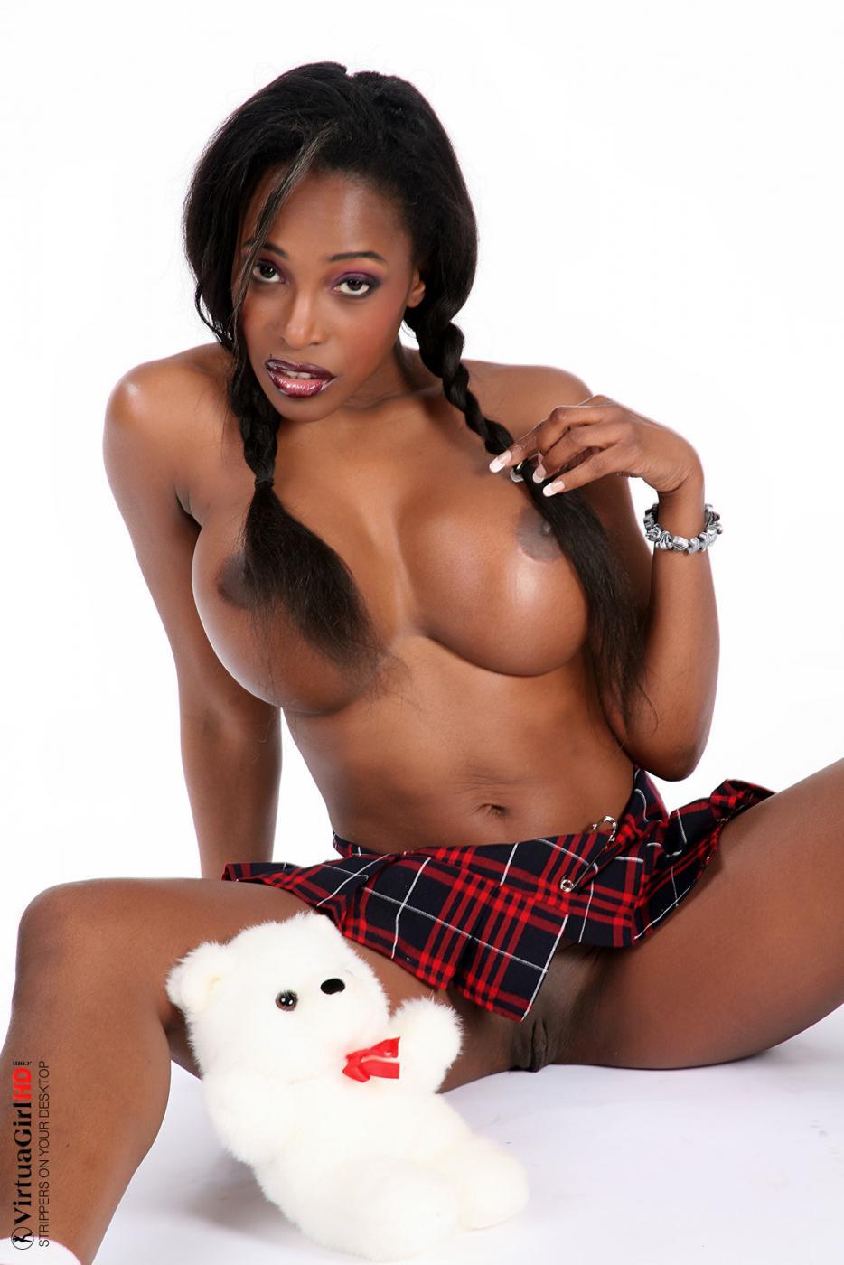 Идеальная африканка с огромными титьками Feline Wood показывает свою красивую соблазнтельную сраку