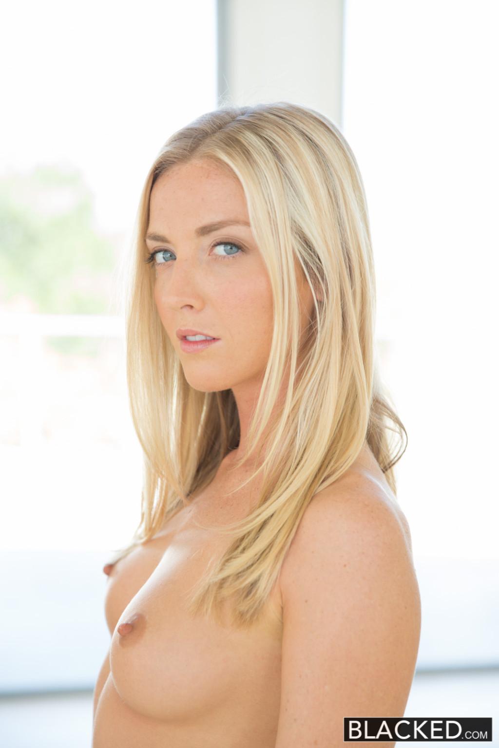 Блондинка делает отменный отсос нигеру, а затем подставляет свою вагину для громадного писюна