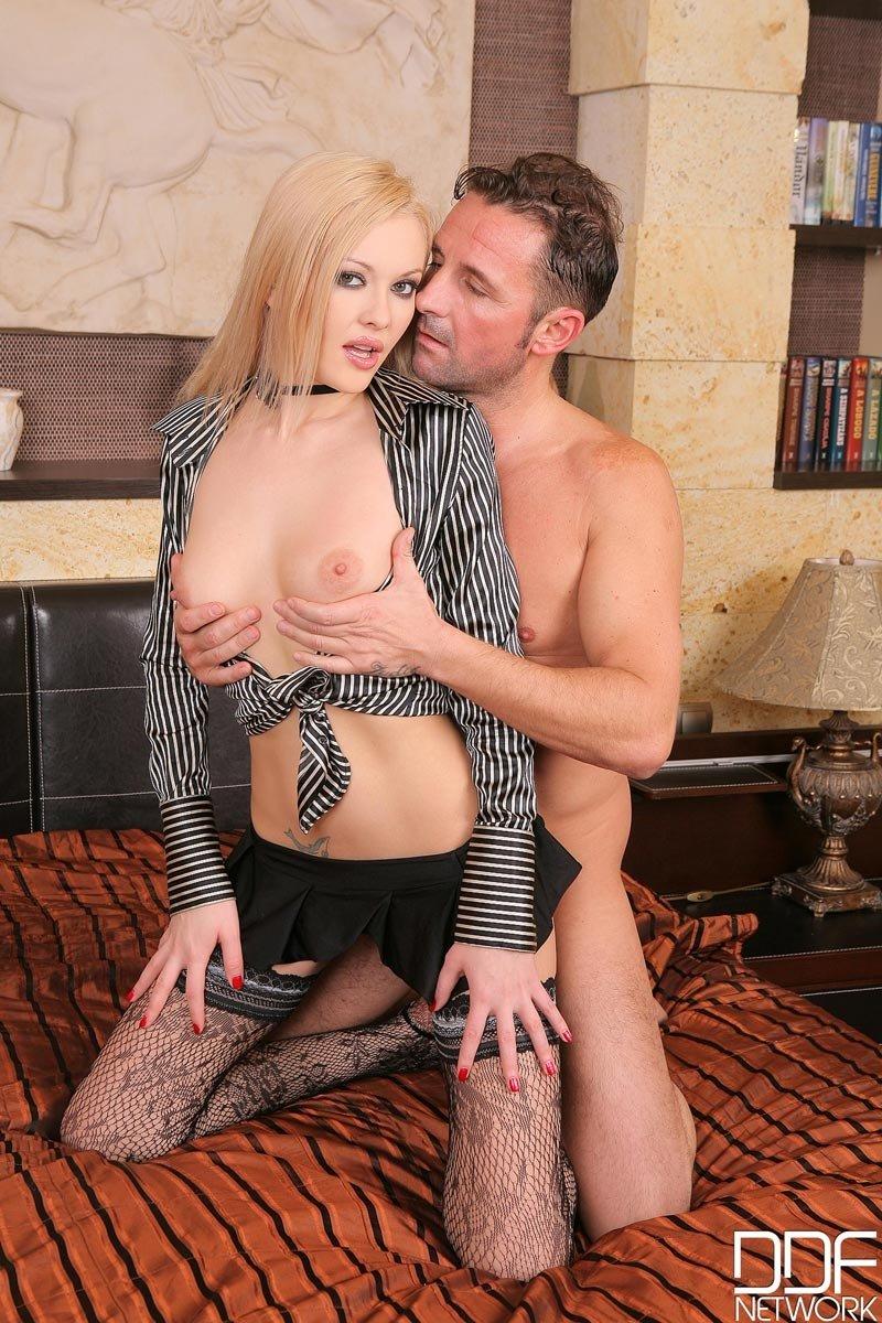 Развратная блондинка лижет длинный член, а затем пускает его в тугой анус и получила наслаждение