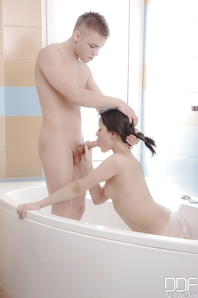 Роскошный анал в ванной