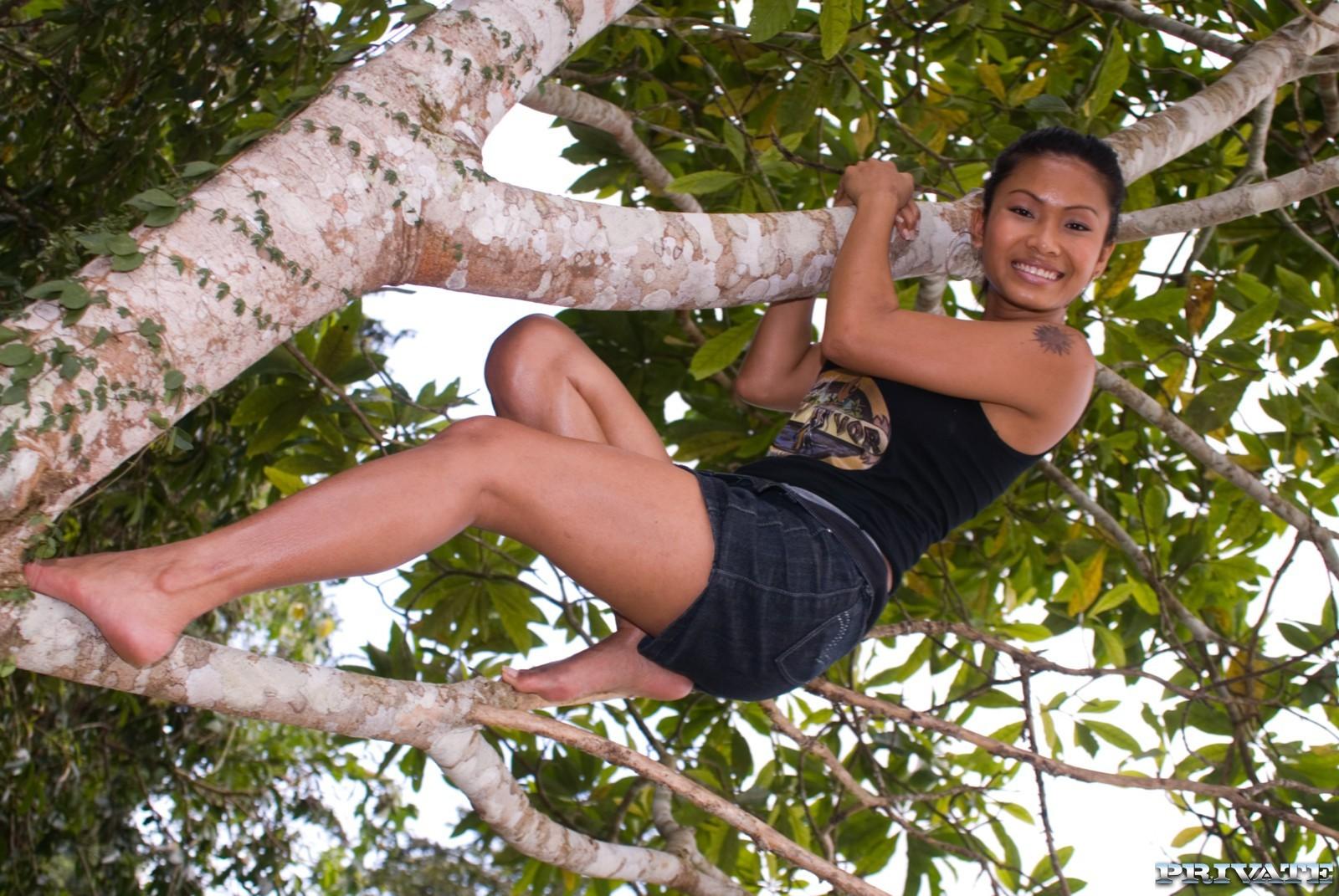 Леди из Полинезии занимается любовью на открытом воздухе