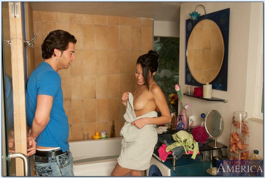 Азиатка Jayden Lee занимается сексом с молодым мужем в ванной комнате