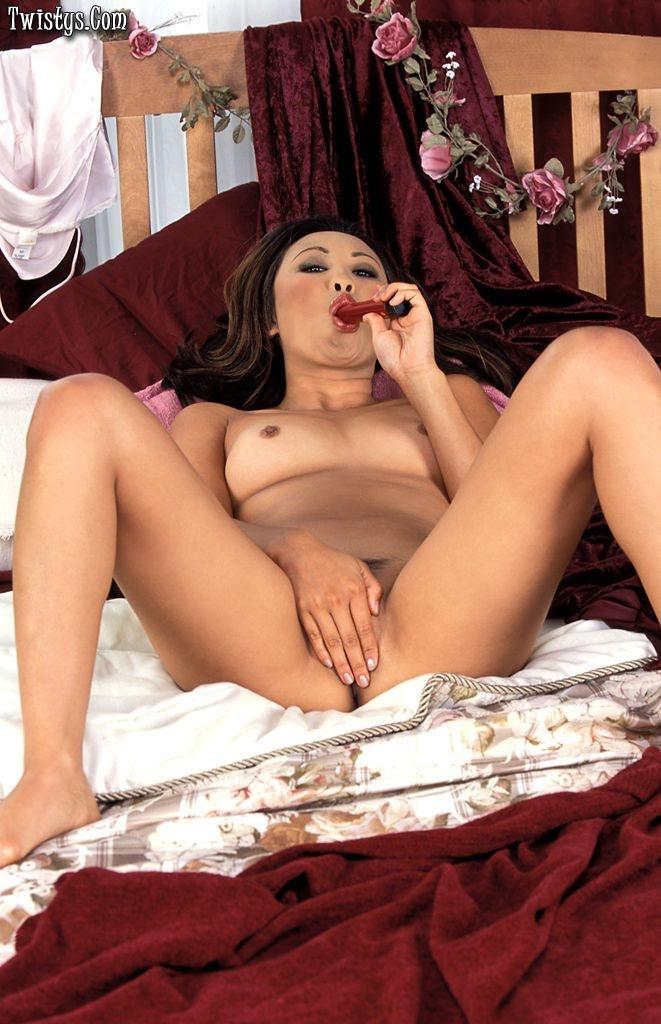 Возбуждающая японка Lisa Linn стаскивает свою шелковую рубашку и вставляет в свою широкую вагину красный страпон