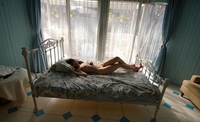 Молодая крошечка развлекается на своей лежанке интим фото