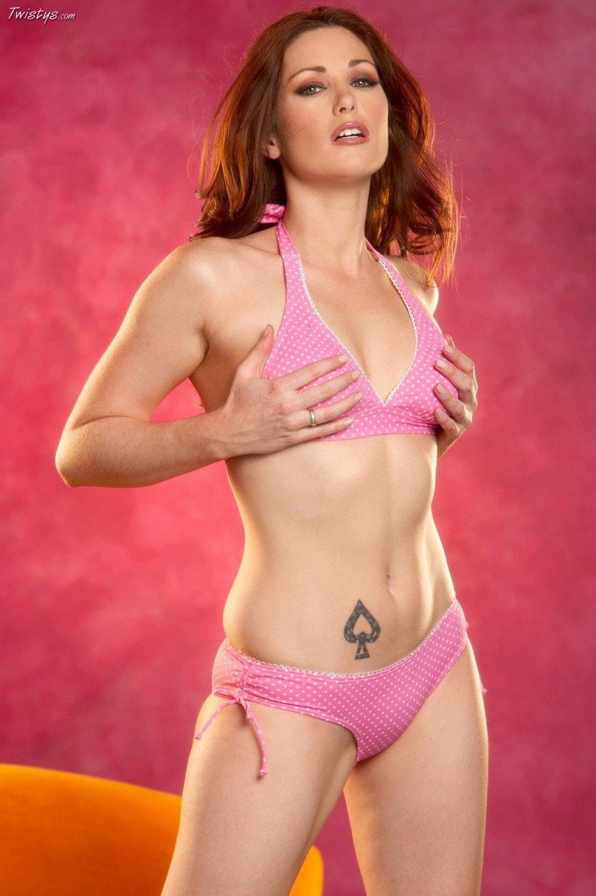 Aimee Sweet с эротичной наколкой в розовом бикини