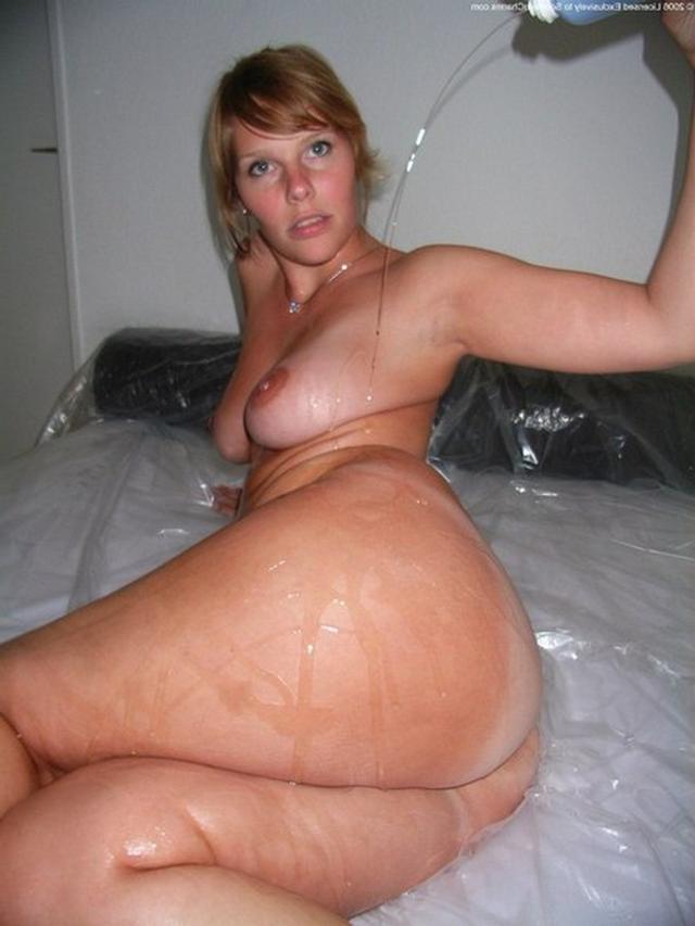 Изящная барышня демонстрирует свой рабочий анал и мокрую дыру в ванне