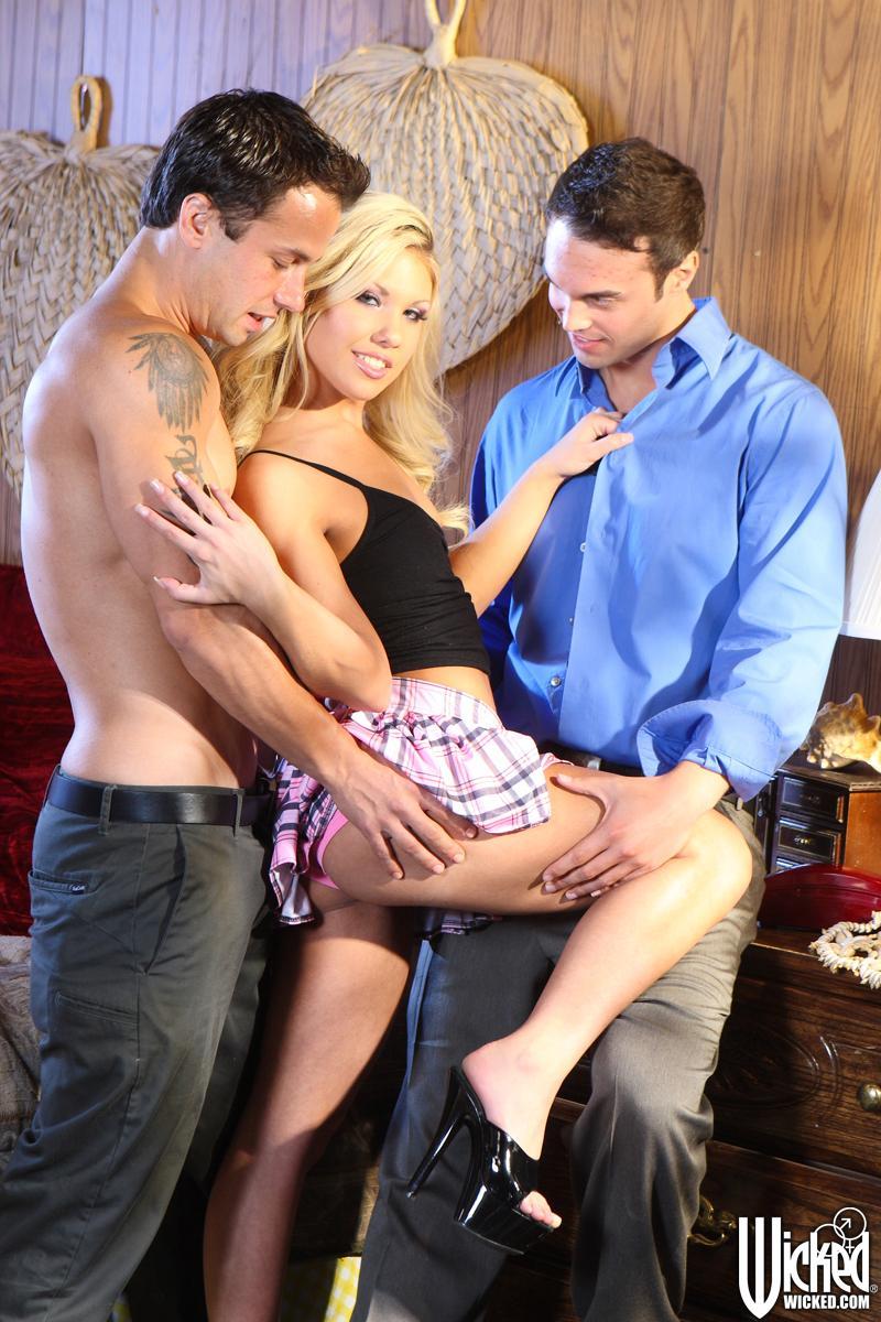 Голодная до хуев блондинка Aubrey Adams согласилась на тройной минет и двуспальной секс