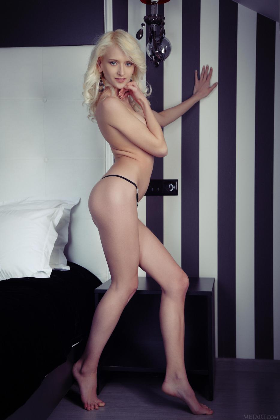 Хорошенькая грациозная блондиночка с длинными ногами - Nika N, стягивает нижнее белье и фоткается голой