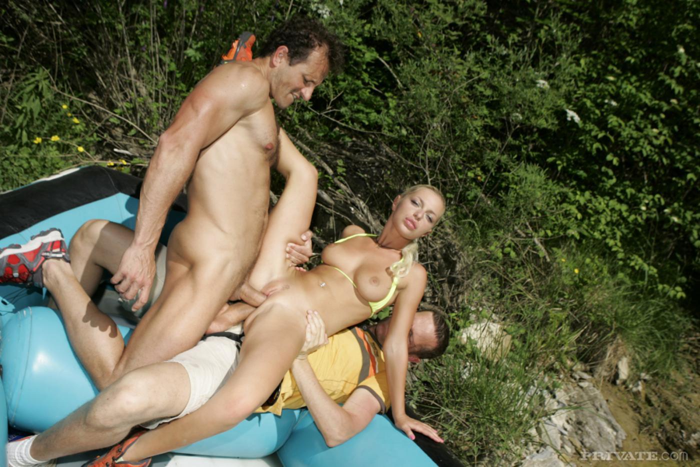 Блондинка Jennifer Love занимается любовью в рот и в попку одновременно на лодке в горах