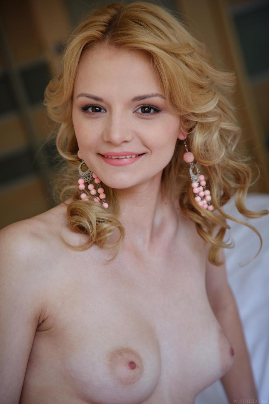 Элегантная блонди с темными глазами Edita Recna фотографируется голой в кровати и дразнит нас