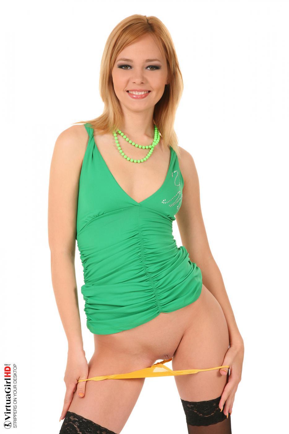 Блондинка Nikita собирается снять платье чтобы продемонстрировать свою стриженную письку