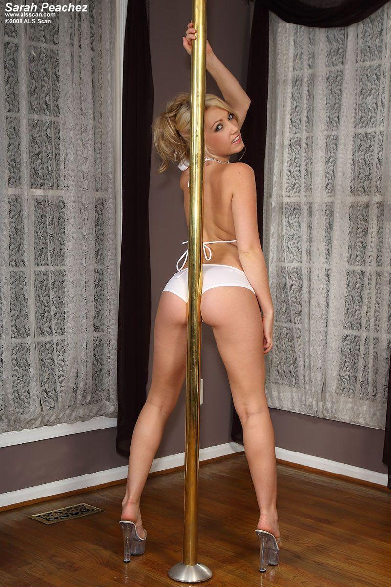 Нежная блондинка-стриптизерша Sarah Peachez снимает лифчик и демонстрирует свою щелку
