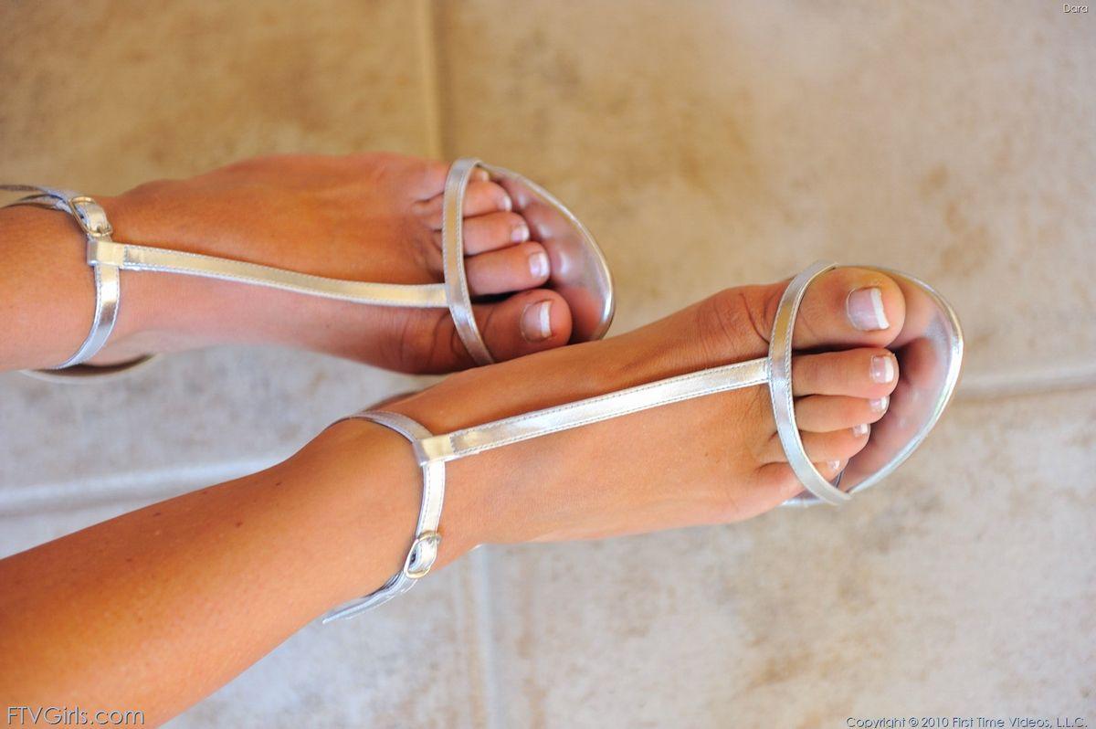Игривая блондинка на высоких каблуках Dara FTV выставила бритую письку не снимая одежды