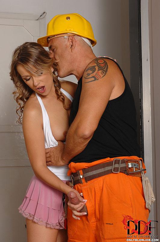 Сексуальная блондиночка Oliviya Dis массирует хер строителя, пока он не брызгает спермой