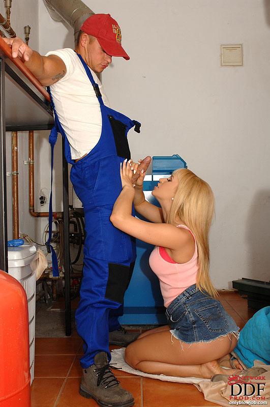 Блондиночка с пошлом телом Aleska Diamond снимает лифчик берет в голову