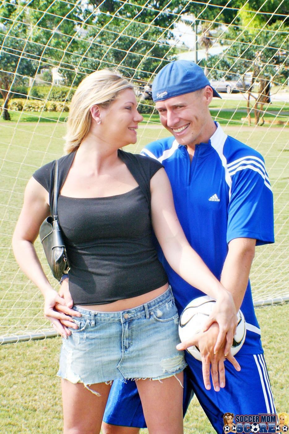 Сисястая модель со свелыми волосами Christina Skye дала свою розовую пизду проткнуть крутому  футболисту