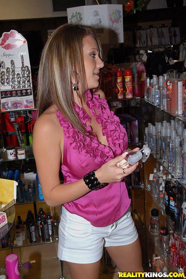Пышногрудая светлая порно звезда Rhiannon Alize дает отжарить свою писю и рот в магазине