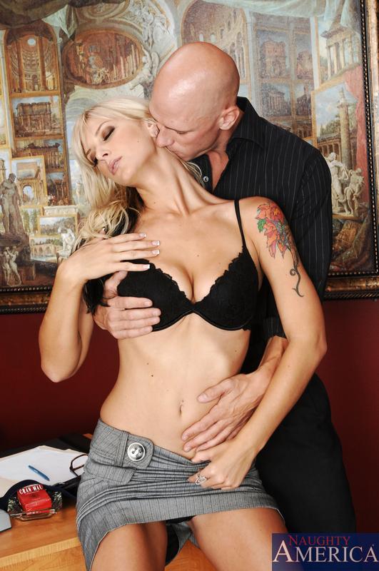 Ухоженная и титястая блондинка Brooke Banner дает большому члену трахнуть свою дырочку