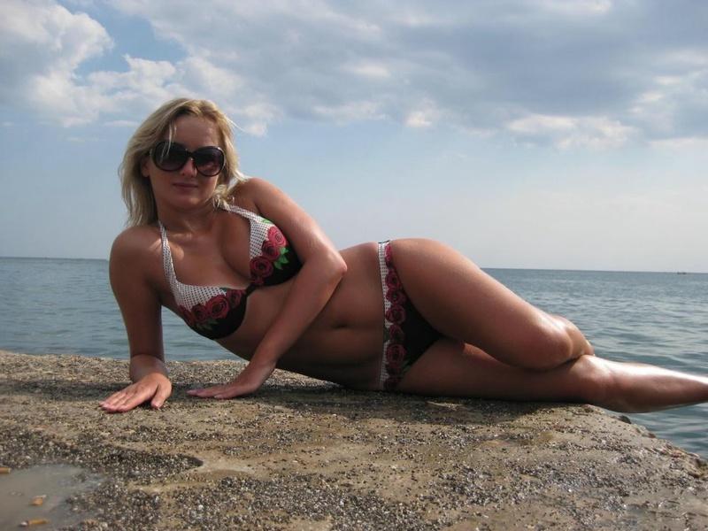Блондинка принимает душ после купания в море