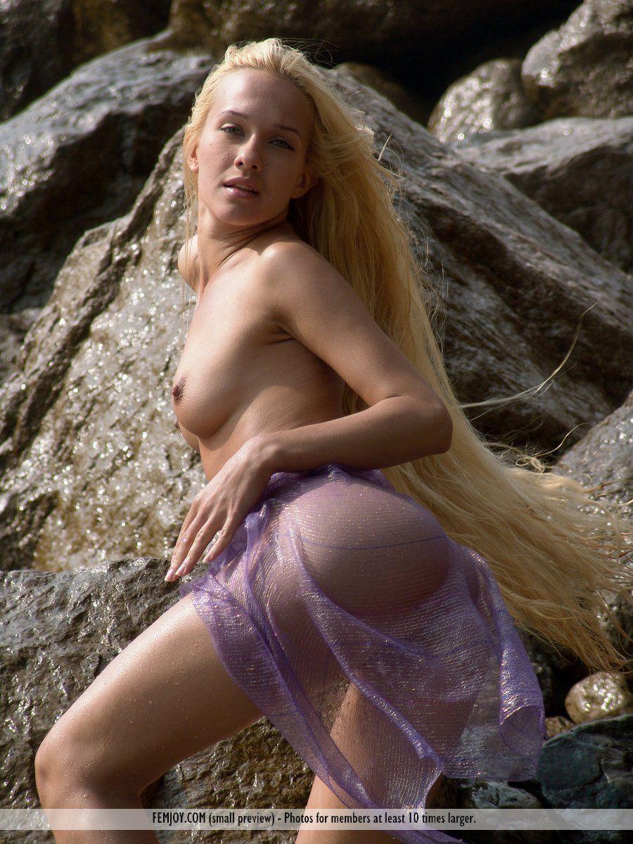 Голая блондинка Desire A играется с брызгами океанских волн