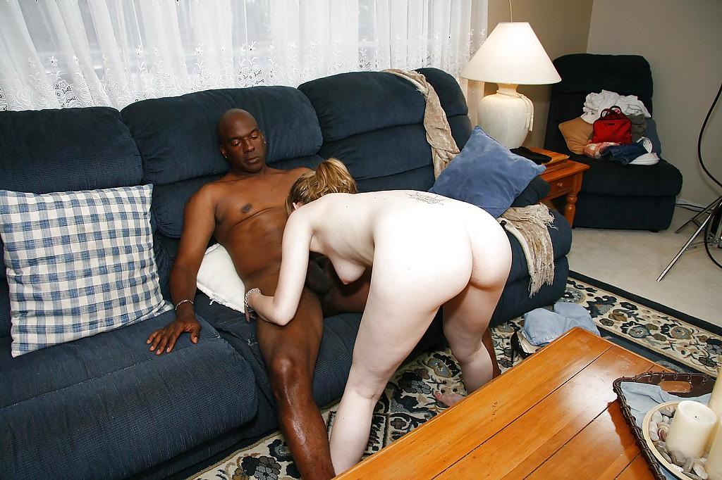 Африканец жестко отодрал чиксу с светлой кожей на диванчике