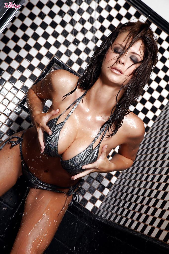 Сырая Emily Addison играет в ванной