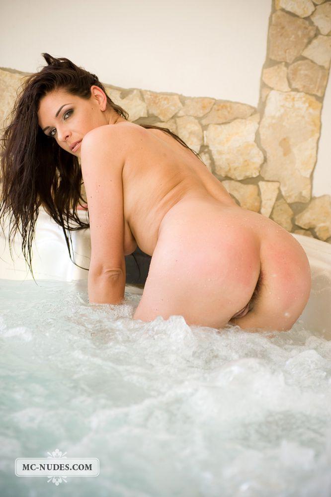 Шикарная малышка с большими буферами Cecilia Mcnudes принимает душ раздетой
