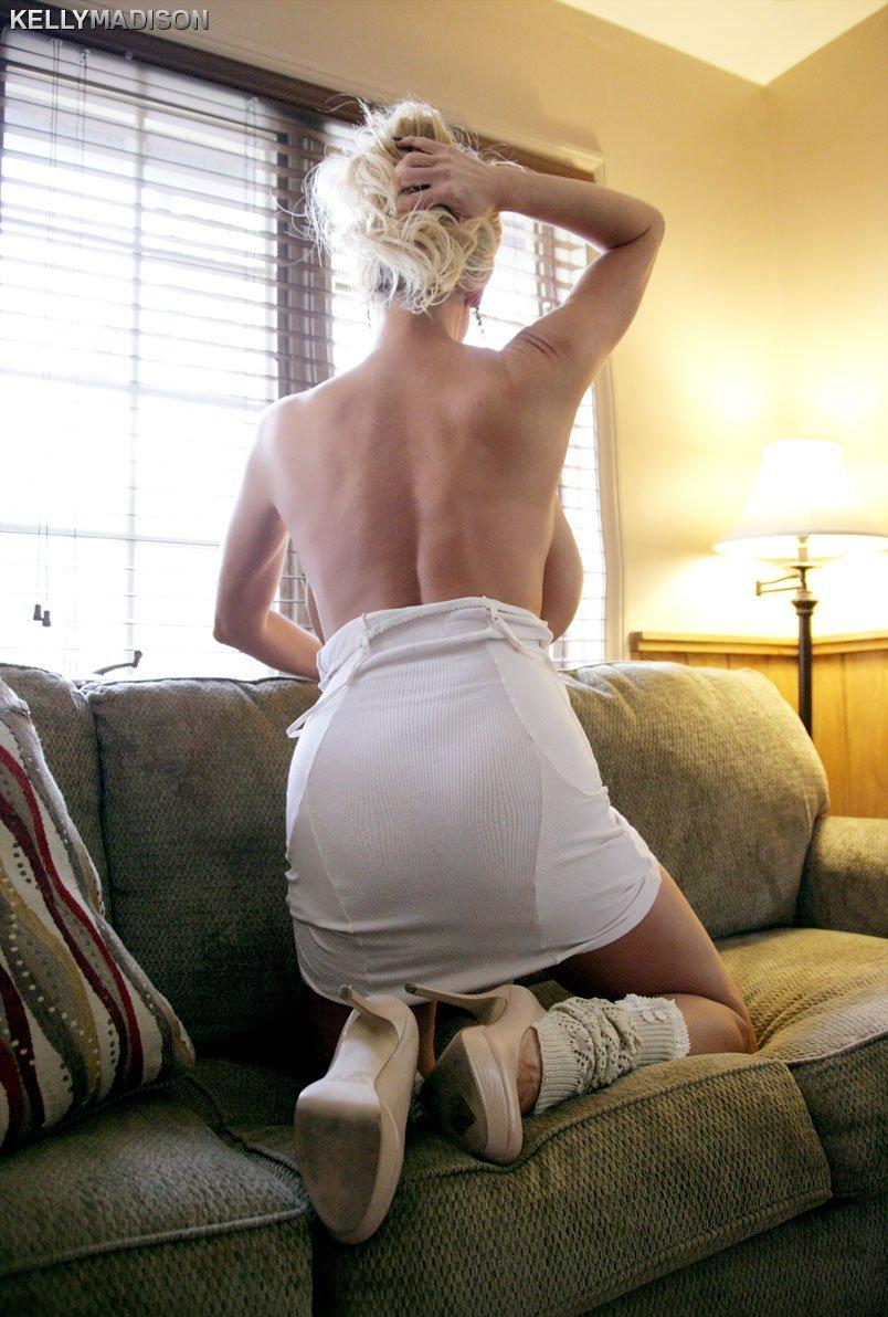 Умелая блондинка показала красивые громадные сиськи