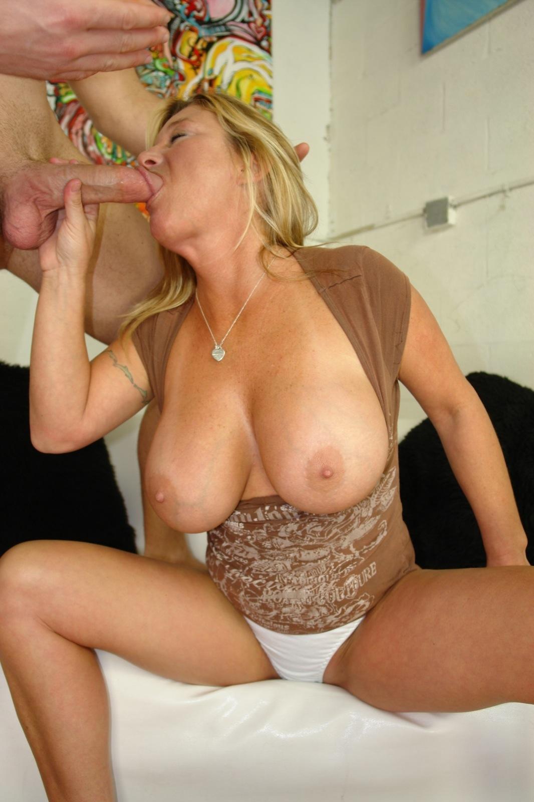 Идеальная сисястая красоточка Samantha Lee заполняет рот твердым фаллосом