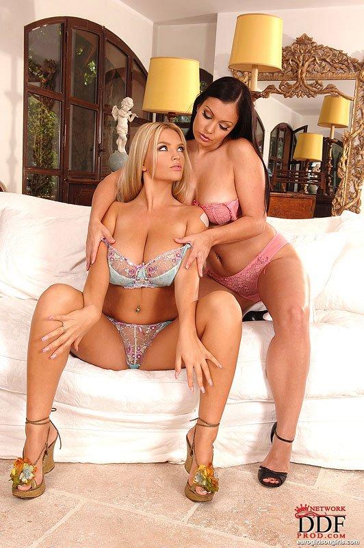 Темноволосая девка Ария Джованни и блондиночка Ines Cudna обе с крупными сиськами и в красивом белье