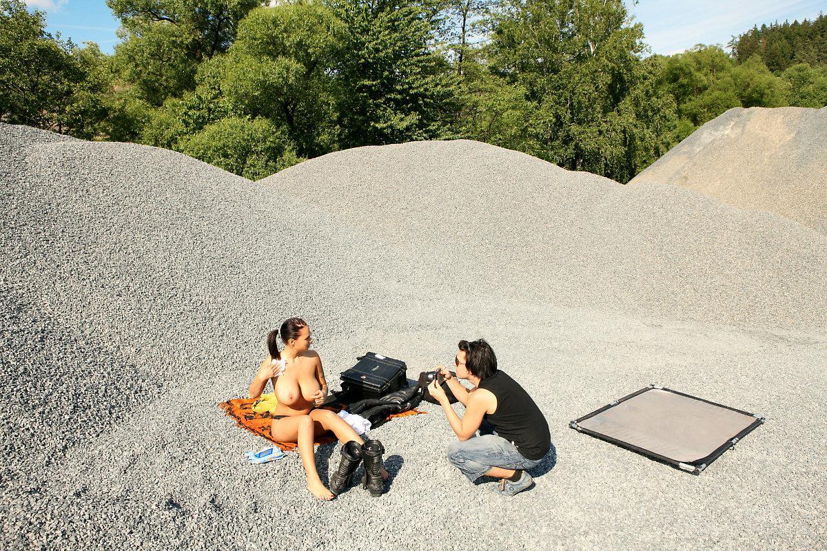 Грудастая красавица с тату Dominno готова фотографироваться обнаженной в нежный летний день