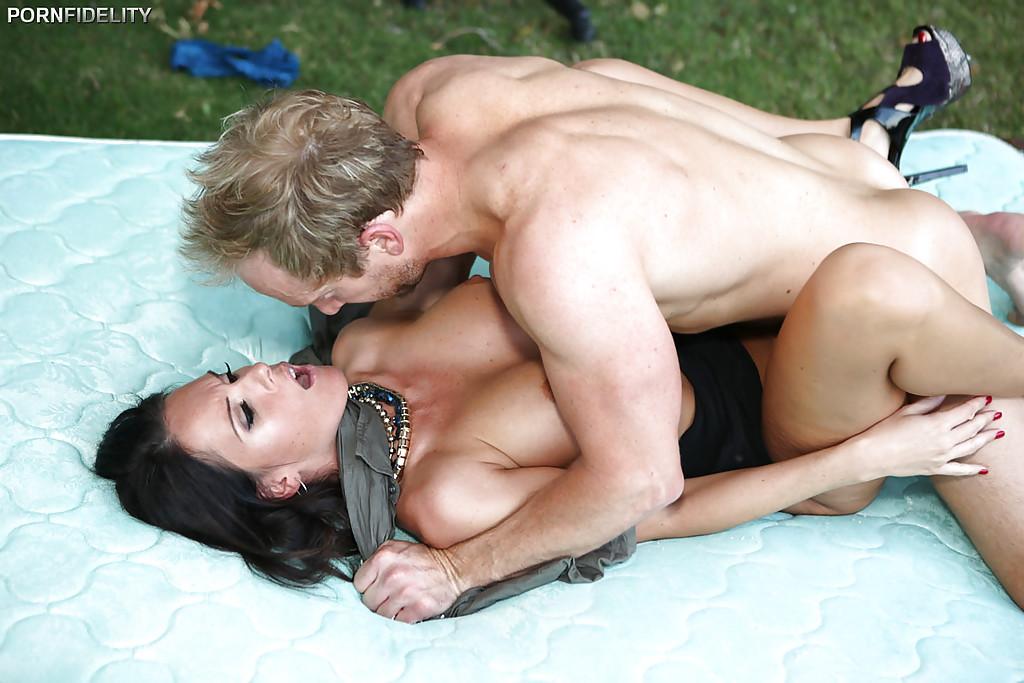Красивый секс во дворе с пышногрудой брюнеткой