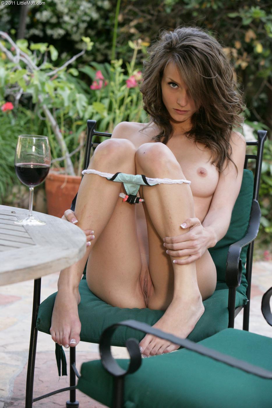 Малышка брюнетка с ухоженной писей Малена Морган снимается полностью обнаженной на заднем дворике