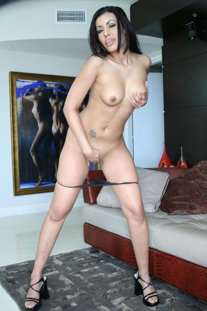 Зреаля тёмненькая Giselle Humes пригласительно раздвигает киску и принимает внутрь твердый пенис