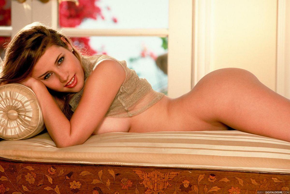 Темноволосая девка с похотливыми ножками и шикарной большой грудью Erica Campbell обнажает прелести