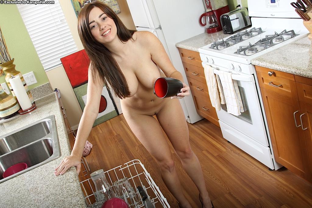 Игривая брюнетка с гигантской грудью и изгибами Taylor Vixen устраивает стриптиз на кухне