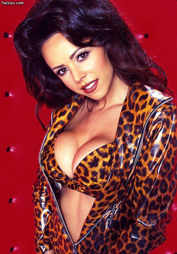 Сочная модель с темными волосами Lorissa McComas спускает леопардовый костюм и принимает сексапильные позы