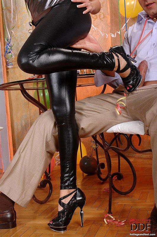 Брюнетка с огромной грудью Allison Star в латексном костюме облизывает свои привлекательные пальчики на ножках после онанизма члена ступнями