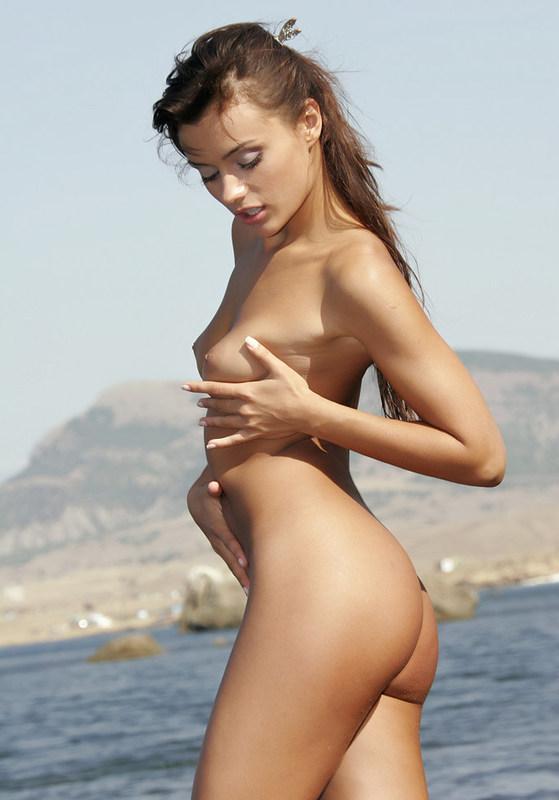 Сабрина снимает одежду у моря