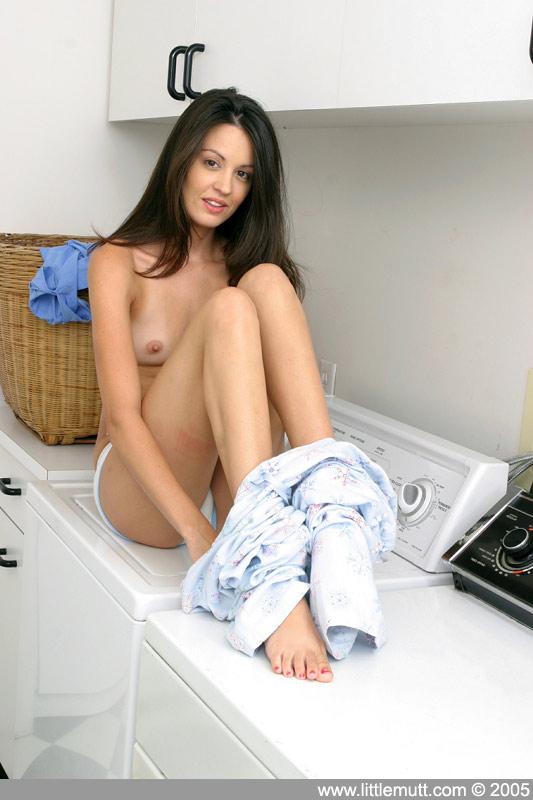 Свежая брюнетка Elle Littlemutt шалит со своими крохотными сосками