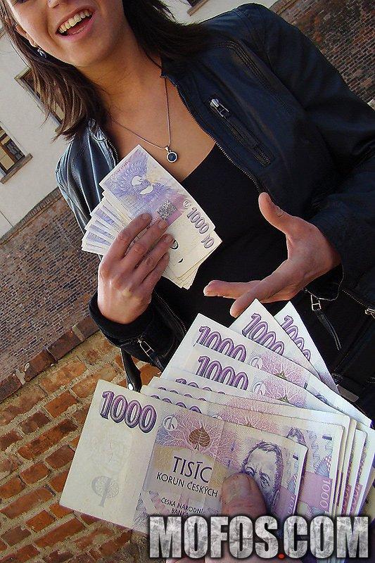Сексапильная тёмненькая Kristine Crystalis получила деньги, чтобы снять всю одежду и отсосать в городе
