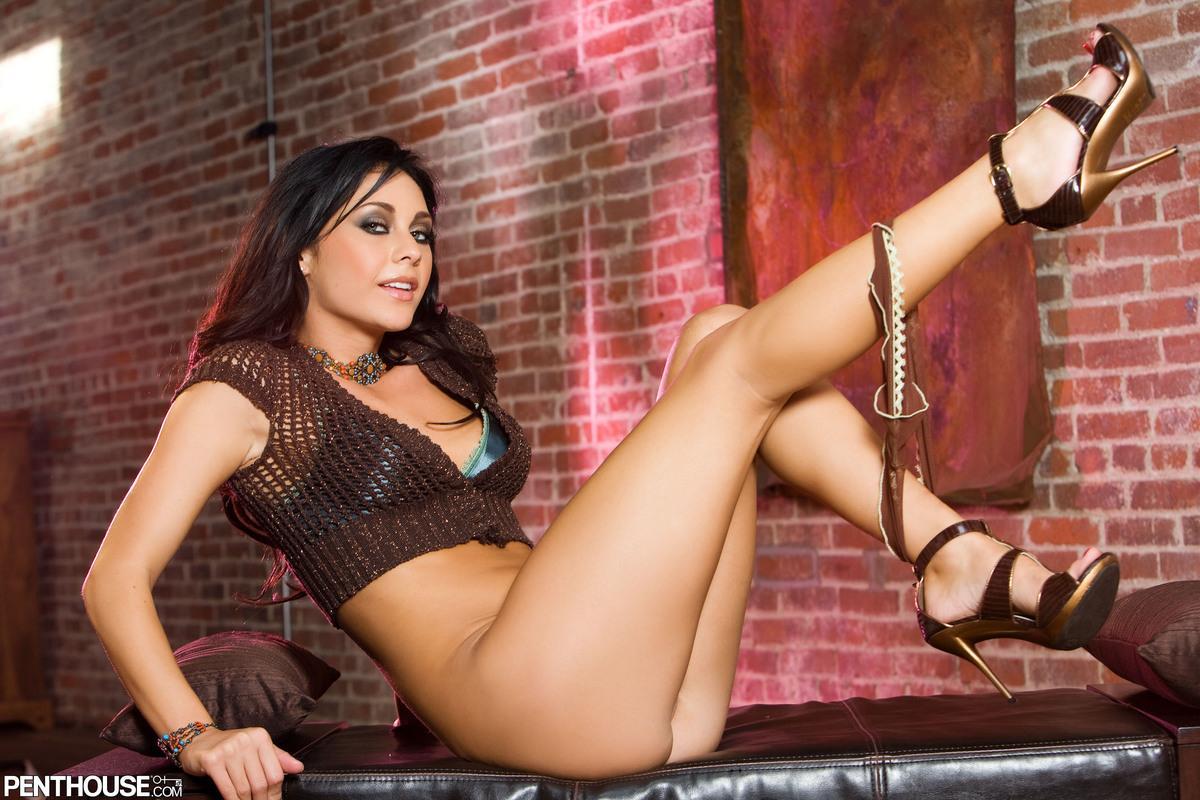 Сочная модель с темными волосами с крохотными сиськами Jessica Valentino спускает свой бюстгальтер и соблазнительные бикини