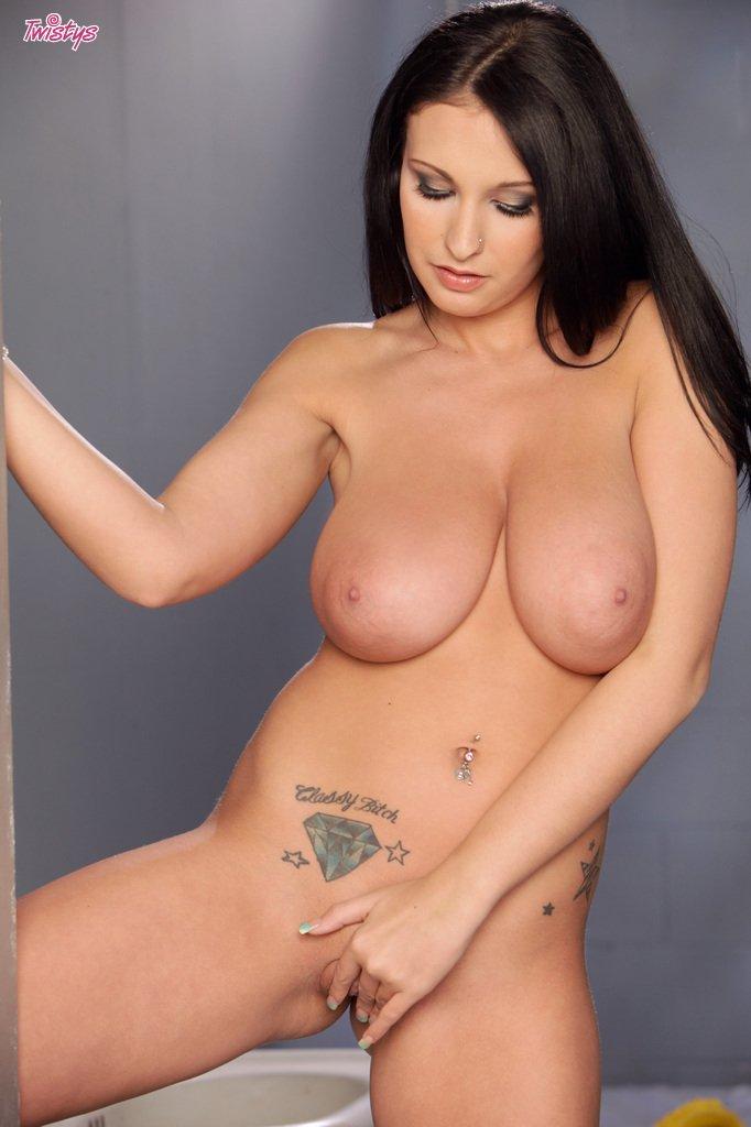 Длинноволосая крутая темноволосая девка Bella Blaze с массивной грудью теребонькает свою письку у бара