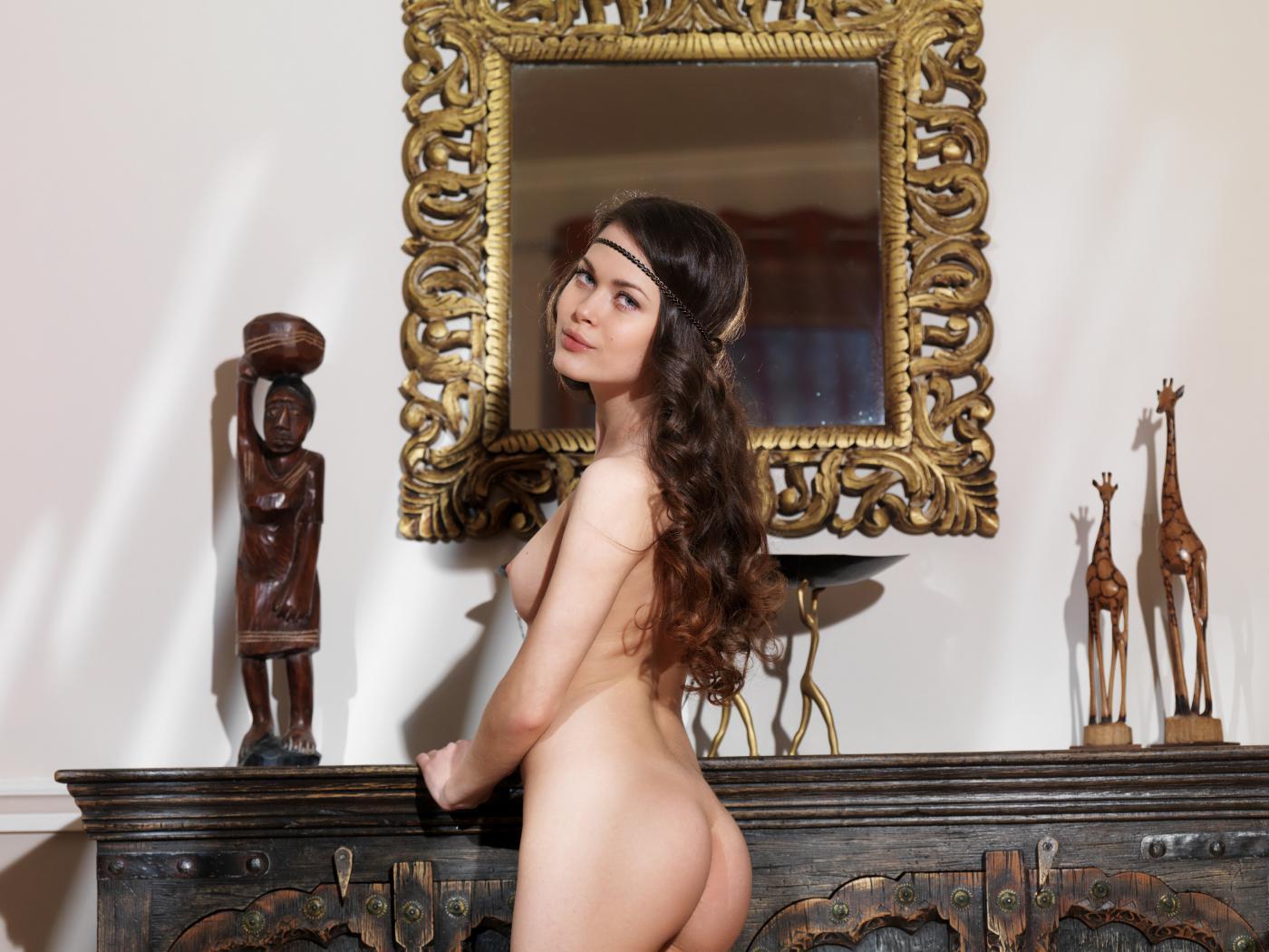 Обнаженная шатенка Amelie B делает селфи и наслаждается своим торсом перед зеркалом