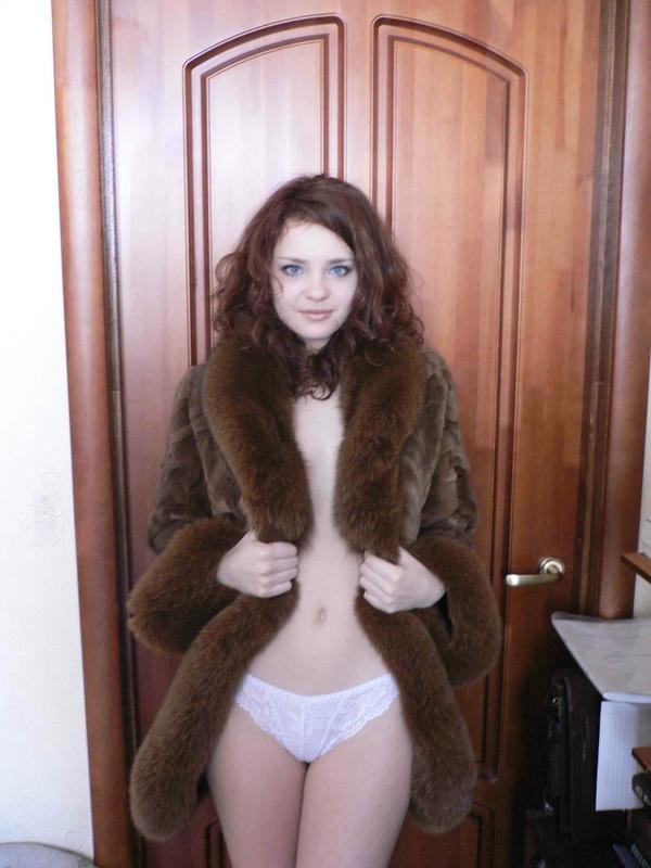 Няшная россиянка в нижнем белье снимается на кухне