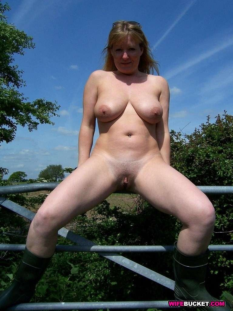 Блондиночки и брюнеточки раздвигают ноги и показывают всем свои пушистые и бритые промежности