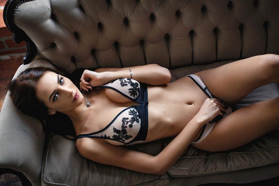 Симпатичные чувихи позируют в сексуальном белье