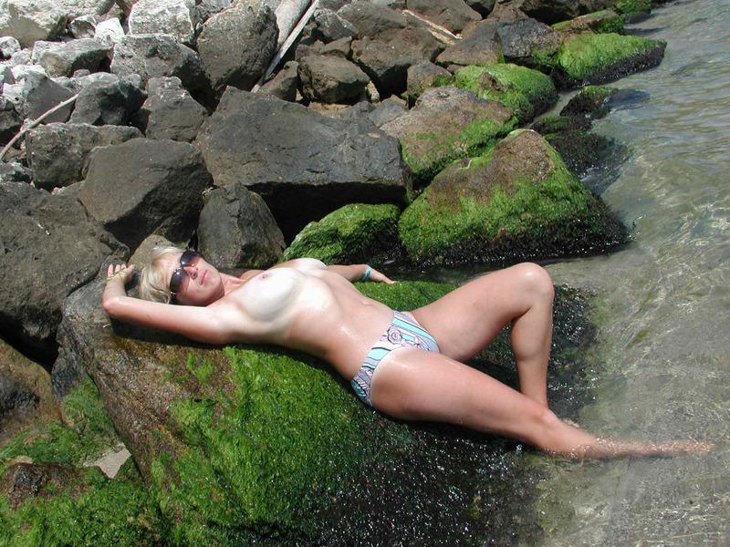 Разведенная путана с натуральными сиськами фотографируется на курорте