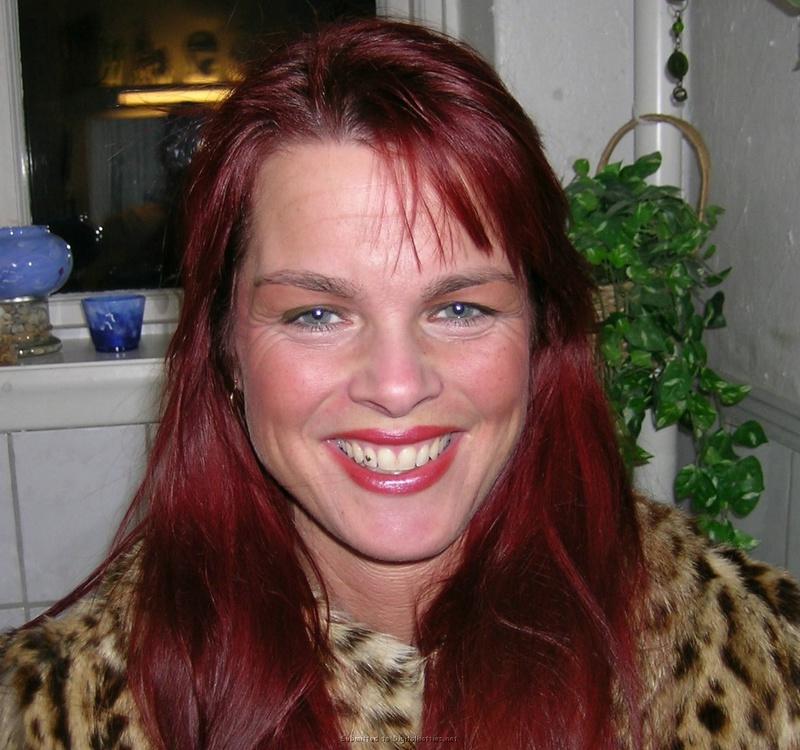 Взрослая мамка с красными волосами показывает раздетые титьки супругу