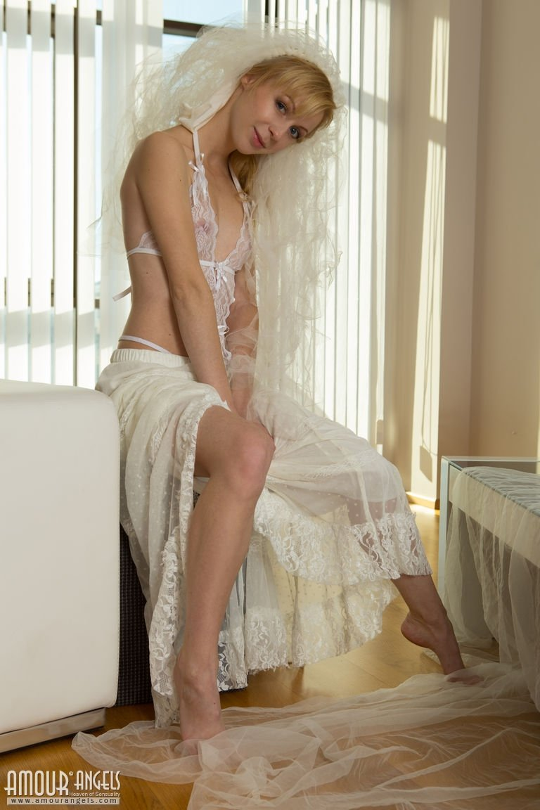 Деваха собирается выходить замуж, а перед этим выставляет напоказ свое тело в свадебном антураже